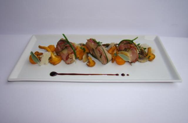 Mignon de porc farci à la tomme au foin et sauge, poêlée de champignons du moment aux éclats de noisettes torréfiées,  billes de carottes glacées à l'orange - Photo par Sandrine Baumann