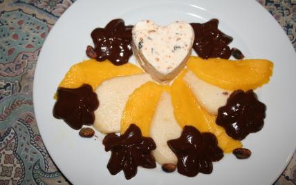 Nougat glacé, poire, mangue arrosés de chocolatet pistaches grillées - Photo par CARDAMOME