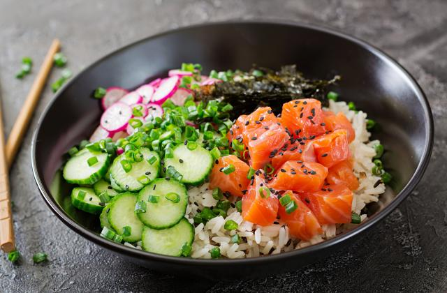 Poke bowl au saumon, radis, concombre et algues nori - Photo par 750g