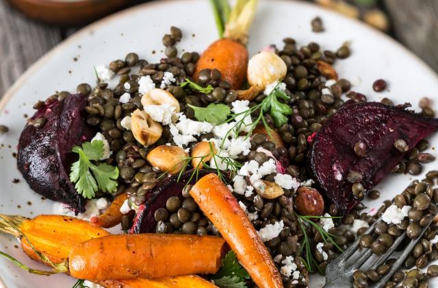 Salade de lentilles aux carottes et betterave rôties, féta et noisettes - Photo par 750g