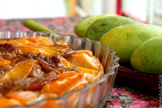 Tarte tatin mangues et rhubarbe confite au sirop de pamplemousse-romarin - Photo par rose and cook