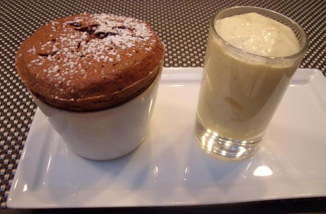 Soufflé au chocolat et sa crème anglaise siphonnée - Photo par macarog