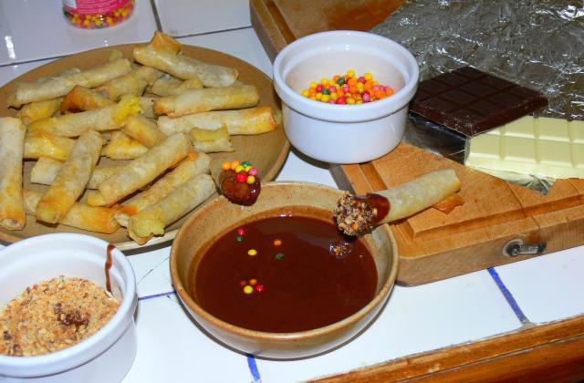 Nems de bananes sauce au chocolat et éclats croustillants - Photo par binano