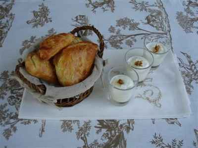 Petits chaussons aux pommes et confiture de lait, verrines de fromage blanc au miel et noix - Photo par Sandrine Baumann