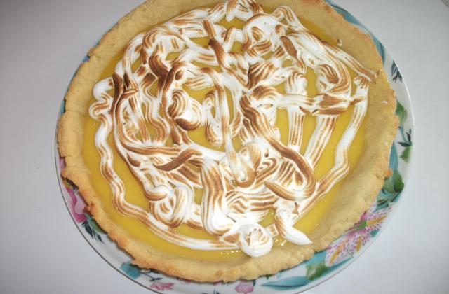 Tarte au citron meringuée sur sa pâte aux zestes - Photo par flotouJ