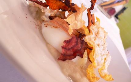 Crémeux de topinambour, œuf parfait et chips de légumes racines - Photo par Chef Damien
