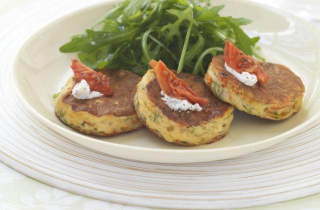 Crabe cake, salade de roquette Boursin cuisine échalotes & ciboulette - Photo par boursincuisine