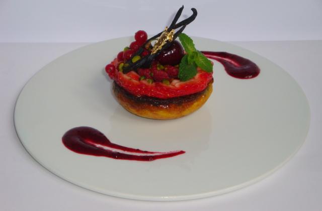 Clafoutis de framboise et pistaches vertes, carpaccio de fraises au sirop d'agave, et fruits rouges - Photo par Sandrine Baumann