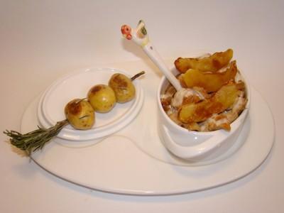 Cocotte de poulet aux pommes caramélisées, brochette de grenailles au romarin - Photo par Sandrine Baumann