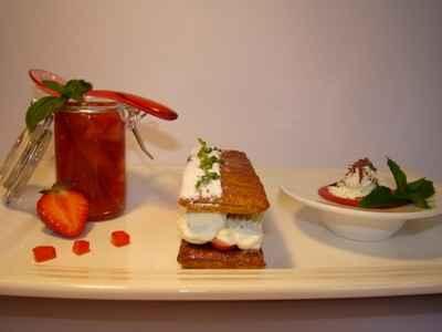 Déclinaison autour de la fraise : Gelée de fraise et tartare de fraises au basilic, Mille-Feuilles fraise mascarpone citron vert, et soupe de fraise à la menthe façon cappuccino - Photo par Sandrine Baumann