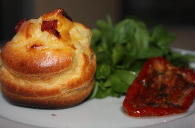 Petits choux crème de chèvre tomates marinées et basilic, pépites de lardons - Photo par annfleur