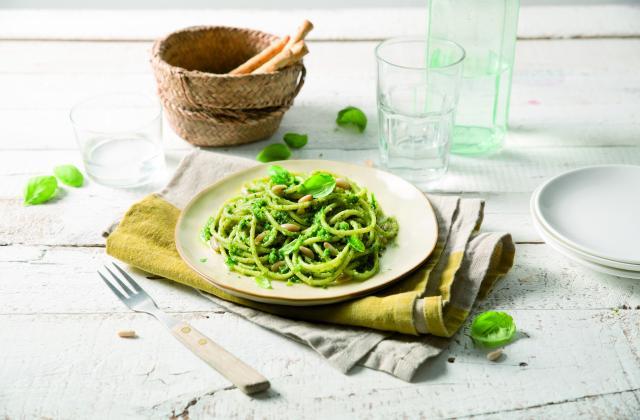 Spaghetti a pesto genovese, pignons de pin et basilic frais - Photo par Barilla