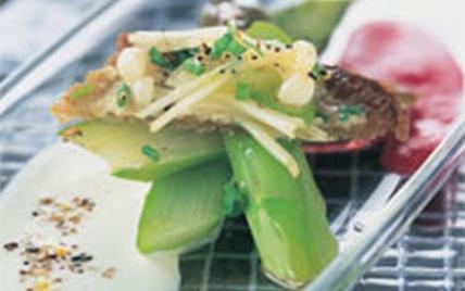 Crostinis d'asperges au chèvre et betterave sur baguette de campagne grillée - Photo par Fromages de Chèvre