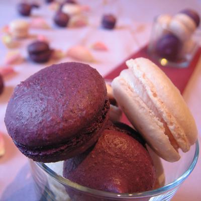 Macarons violette / cassis et macarons à la rose - Photo par Marie-Laure du blog : Ça sent beau dans la cuisine