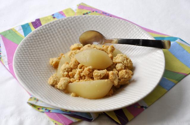 Poires pochées au thé au jasmin et son crumble - Photo par Pascale Weeks
