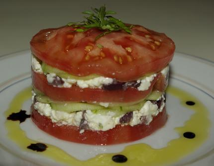 Mille-feuilles de tomates à la féta et aux concombres maison - Photo par deckerb