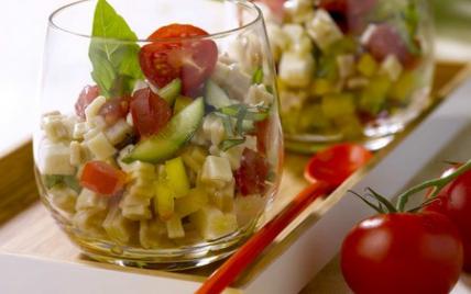 Salade de crozets, dés de tomates, poivron jaune, concombre, féta, basilic, vinaigrette à l'huile d'olive et au citron - Photo par Alpina Savoie