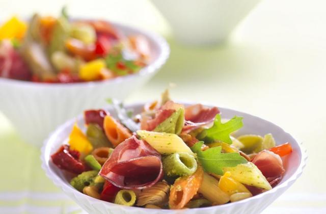 Salade de Mezze Penne Tricolore Barilla et antipasti à la roquette - Photo par Barilla