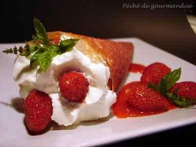 Cornet de chantilly à la rose et aux fraises et son coulis - Photo par 750g