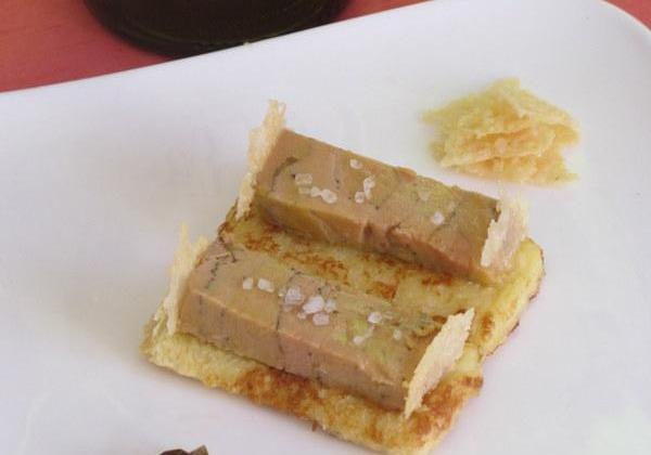 foie gras mi cuit sur son pain perdu au vin blanc, accompagné de chips de parmesan et chutney oignons-olives - Photo par eloala