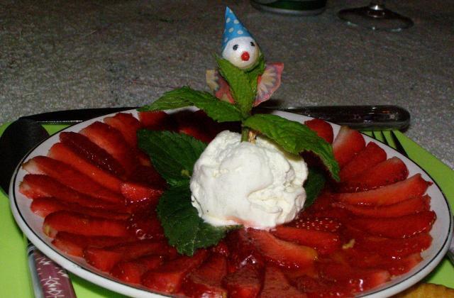 Carpaccio de fraises, glace au nougat et de soupe de fraises Andros - Photo par findv