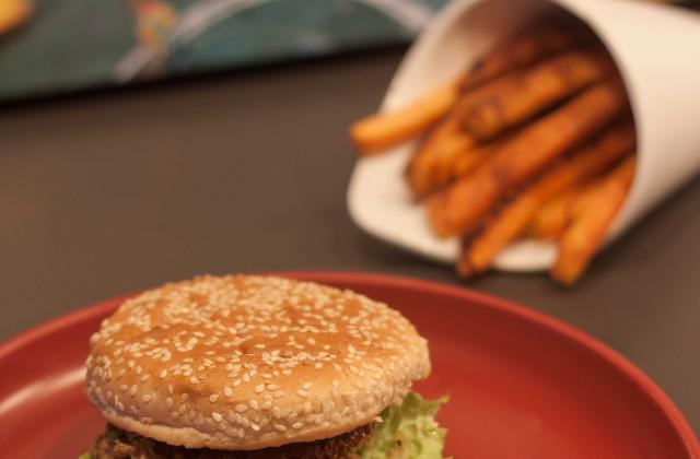 """Burger d""""agneau, frites de patates douces et sauce yaourt - Photo par Marie-Laure du blog : Ça sent beau dans la cuisine"""