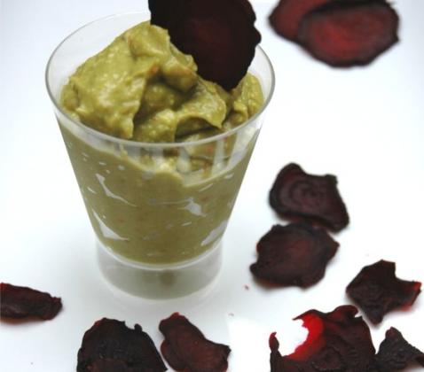 Chips de betterave et guacamole pimenté - Photo par LUMEGOURMANDE