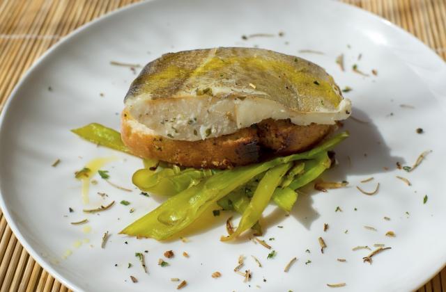 Dos de cabillaud poêlé, ramen crevettes sautées aux légumes et sauce citron confit et gingembre - Photo par Tanoshi