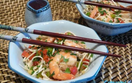 Wok de crevettes aux nouilles chinoises - Photo par sophieVOF