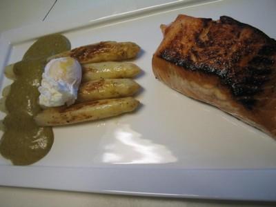 Saumon mariné et grillé, asperges blanches AA de Malines, œuf mollet et sabayon à l'oseille à la flamande - Photo par 750g