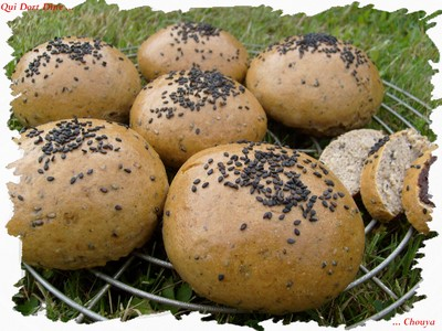 Petits pains semoule et sésame noir - Photo par chouya