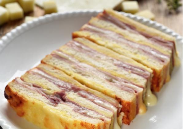 Cake croque-monsieur à la Tomme de Brebis - Photo par Dorian Nieto