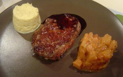 Filet mignon de black Angus Beef, chutney de coings et purée de céleri rave, sauce au vin rouge et sureau - Photo par markvanvre
