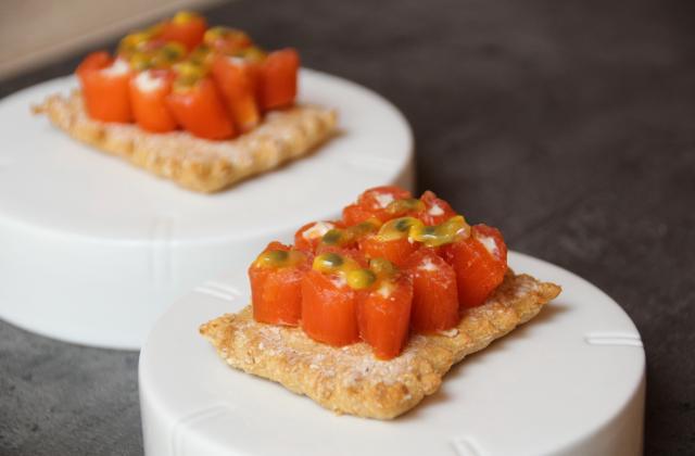 Crackers au Carré Frais et petit épeautre, roulé de saumon au Saint Agur et grenadille - Photo par metscr