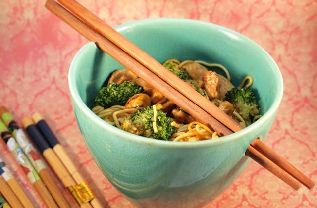 Nouilles sautées au brocoli, noix de cajou et poulet - Photo par ConfitBanane