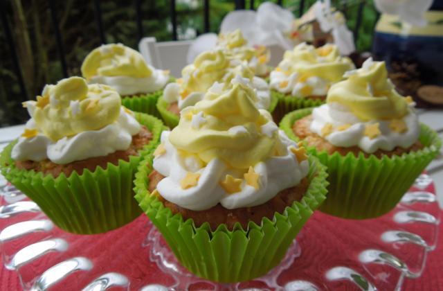 Cupcakes aux pommes et cerneaux de noix avec son topping crème chantilly arôme de pomme - Photo par lilianuP