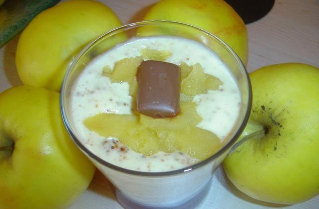 Verrines de compote de pommes au miel, créme aux éclats de daims - Photo par darton