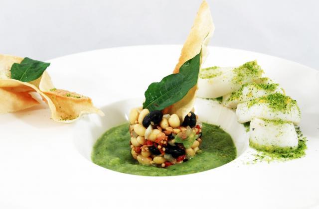 Salade de légumineuses et gaspacho de courgettes calamars grillés et pesto sec - Photo par uncuisq