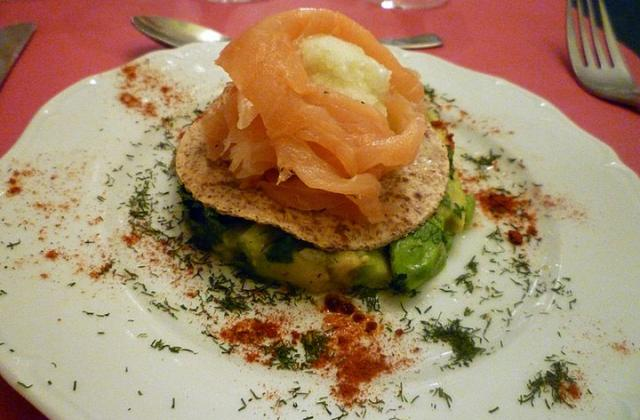 Rose de saumon fumé à l'avocat et sorbet au citron vert: un délice glacé!  - Photo par lilimarti