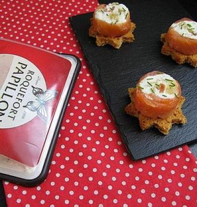 Roulés de saumon au roquefort, pignons de pin et poires sur pain d'épices - Photo par Fidji Passion