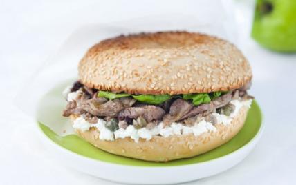 Bagel d'agneau à la brousse de brebis, anchois et olives - Photo par Agneau Presto