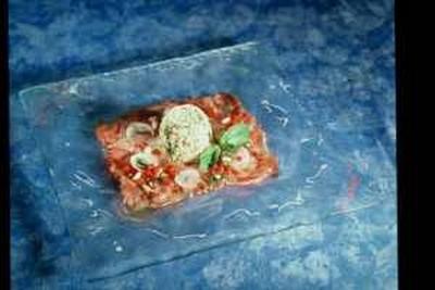 Sur un carpaccio de thon frais, la salade de riz de Camargue à la menthe fraîche - Photo par 750g