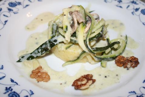 Ecrasée de pommes de terre aux spaghetti de courgettes aux champignons et à la crème de roquefort - Photo par CARDAMOME