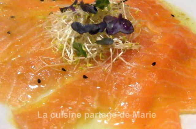 Saumon de Norvège cuit au sel marinade exotique et jeunes pousses - Photo par marierechou
