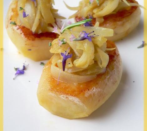 Pommes de terre fondantes, compotée d'oignon anchois et moutarde - Photo par Amora