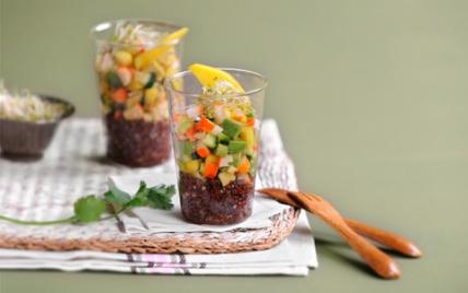 Verrine de quinoa, petite salade de surimi, mangue et graines germées - Photo par Love Surimi