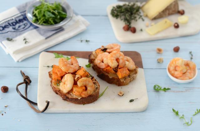 Tartine gratinée à la patate douce, tomme, roquette et crevettes - Photo par Nadia Paprikas