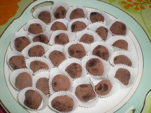 Truffes traditionnelles au chocolat noir et cacao en poudre non sucré - Photo par melho0