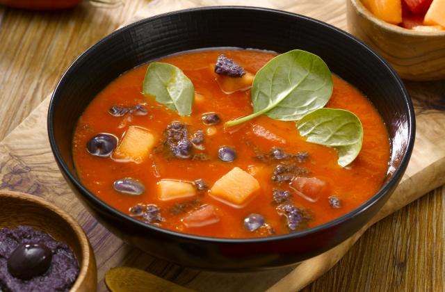 """Gaspacho tomate, coulis d""""olives violette & cubes de saison - Photo par mixnol"""