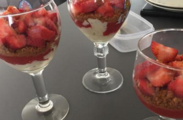 Coupe aux fraises, effet tiramisu - Photo par Laura Hzl